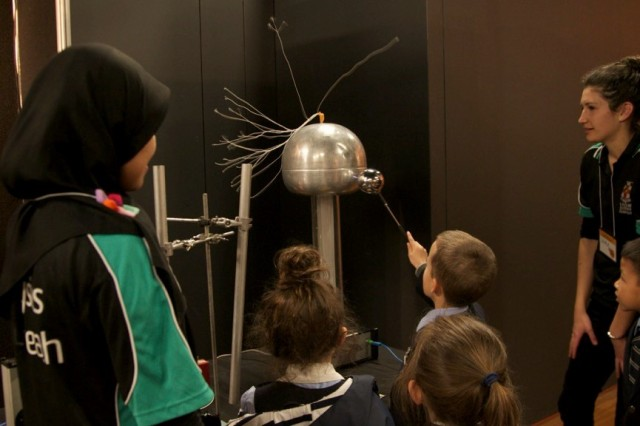 Kids playing with the Van de Graaff generator. (Photo Credit: Ana Andres-Arroyo)